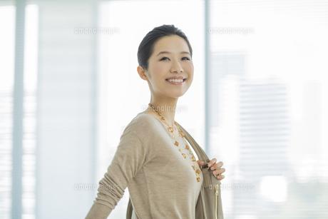 笑顔で歩くビジネスウーマンの写真素材 [FYI01621649]