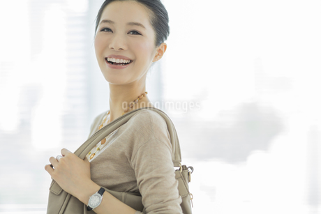 笑顔のビジネスウーマンの写真素材 [FYI01621660]