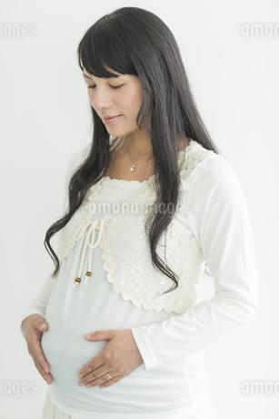 お腹に手をあてる妊婦の写真素材 [FYI01621663]