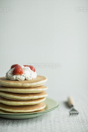 テーブルに置かれたパンケーキの写真素材 [FYI01621678]