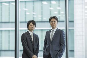 中高年のビジネスマンと若いビジネスマンの写真素材 [FYI01621679]