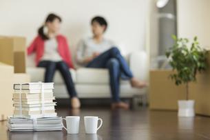 ソファに座り話す若いカップルの写真素材 [FYI01621683]