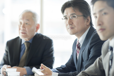 会議をするビジネスマンの写真素材 [FYI01621690]
