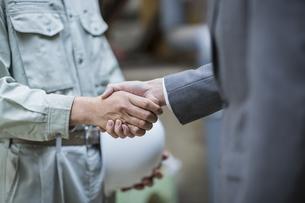 握手をする男性社員の写真素材 [FYI01621691]