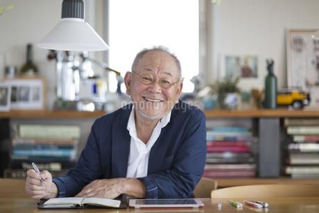 笑顔のシニア男性の写真素材 [FYI01621692]