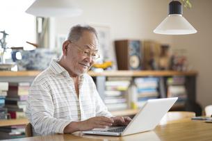ノートパソコンをするシニア男性の写真素材 [FYI01621693]
