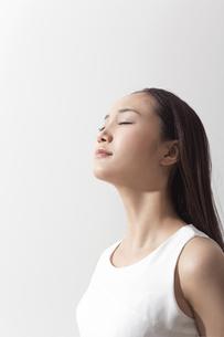 日差しを浴びる女性の写真素材 [FYI01621697]