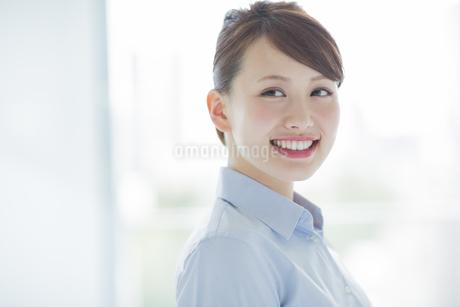 笑顔のビジネスウーマンの写真素材 [FYI01621703]