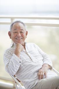 バルコニーで笑顔のシニア男性の写真素材 [FYI01621714]