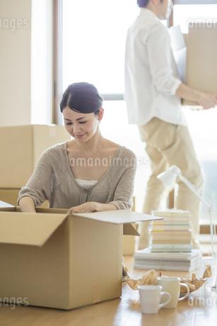 引っ越し作業をする若い男女の写真素材 [FYI01621725]