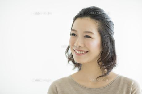 笑顔の若い女性の写真素材 [FYI01621728]