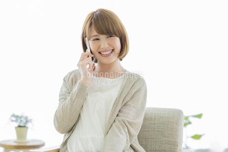 携帯電話で話す若い女性の写真素材 [FYI01621745]