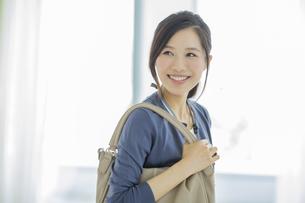 笑顔のビジネスウーマンの写真素材 [FYI01621747]