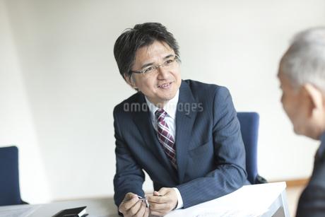 会議をするビジネスマンの写真素材 [FYI01621753]