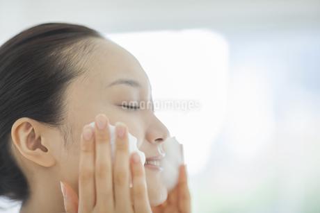「泡洗顔マッサージをする女性の写真素材 [FYI01621762]