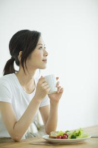若い女性の朝食シーンの写真素材 [FYI01621765]