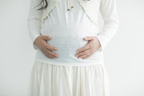 お腹に手をあてる妊婦の写真素材 [FYI01621823]