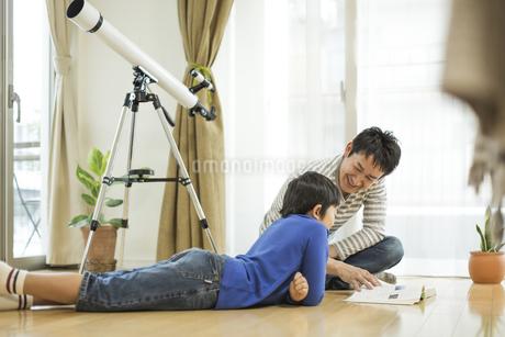 事典を見る父親と息子の写真素材 [FYI01621826]