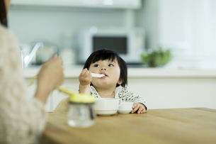 食事をする赤ちゃんの写真素材 [FYI01621836]