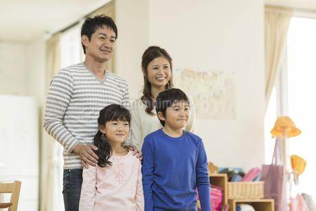 笑顔の四人家族の写真素材 [FYI01621838]
