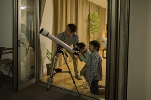 天体観測をする父親と子供たちの写真素材 [FYI01621852]