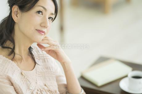考える40代女性の写真素材 [FYI01621857]