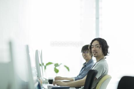 オフィスで働くビジネスマンの写真素材 [FYI01621858]