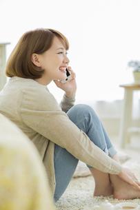 携帯電話で話す若い女性の写真素材 [FYI01621860]