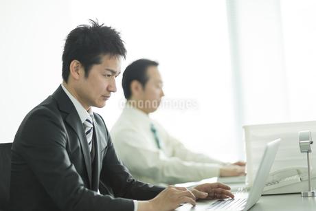 デスクで仕事をするビジネスマンの写真素材 [FYI01621861]