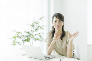 会話をするビジネスウーマンの写真素材 [FYI01621864]