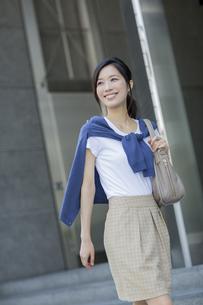笑顔で歩くビジネスウーマンの写真素材 [FYI01621866]