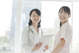 打ち合せをする女性医師と看護師の写真素材 [FYI01621875]