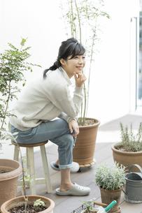 テラスで椅子に座る女性の写真素材 [FYI01621878]