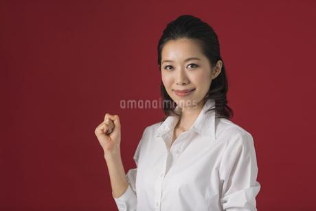 ガッツポーズをするビジネスウーマンの写真素材 [FYI01621881]