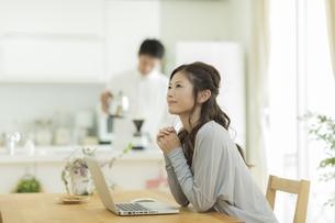 テーブルでパソコンをする女性の写真素材 [FYI01621889]