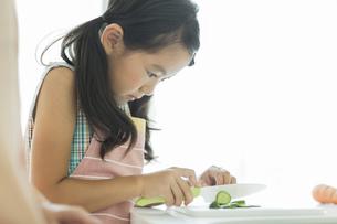 キッチンで野菜を切る女の子の写真素材 [FYI01621893]