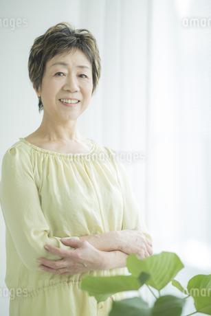 笑顔のシニア女性の写真素材 [FYI01621896]
