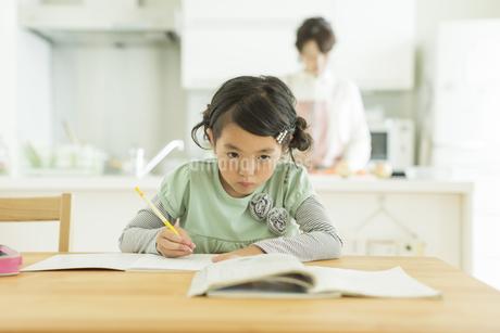 テーブルで勉強をする女の子の写真素材 [FYI01621902]