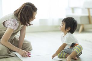 お絵描きをする親子の写真素材 [FYI01621911]