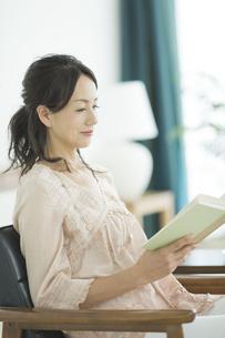 読書をする40代女性の写真素材 [FYI01621913]