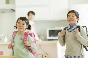 ランドセルを背負って登校をする兄と妹の写真素材 [FYI01621914]