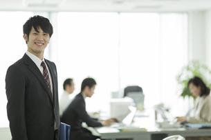 オフィスで笑顔の日本人ビジネスマンの写真素材 [FYI01621920]