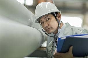 工場で働く作業服の男性の写真素材 [FYI01621923]