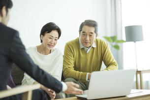商談をするシニア夫婦とビジネスマンの写真素材 [FYI01621930]