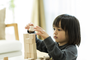 積み木で遊ぶ女の子の写真素材 [FYI01621932]