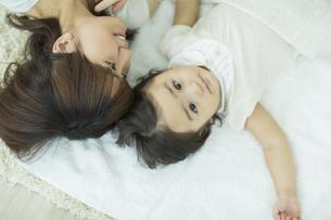 母親と横になる赤ちゃんの写真素材 [FYI01621933]