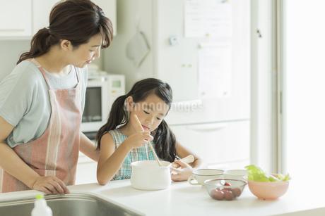 キッチンでお手伝いをする女の子の写真素材 [FYI01621935]