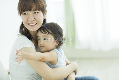 母親に抱っこされる赤ちゃんの写真素材 [FYI01621936]