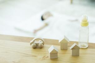 テーブルの上の玩具と哺乳瓶の写真素材 [FYI01621939]