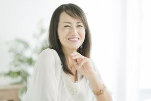 笑顔の40代女性の写真素材 [FYI01621942]